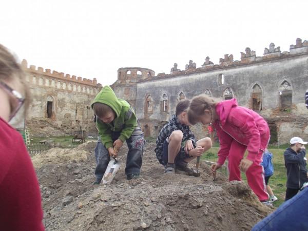 Діти волонтерів також долучилися до археологічних пошуків