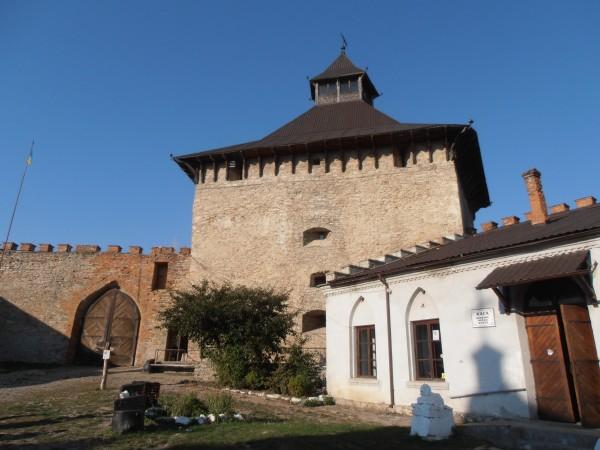 Лицарська вежа, вигляд зі сходу (з подвір'я фортеці), жовтень 2015 р.
