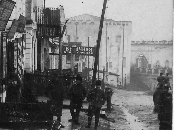 Моловна вулиця м. Меджибожа, 1908 р. На задньому плані - в'їзд до фортеці і Лицарська вежа