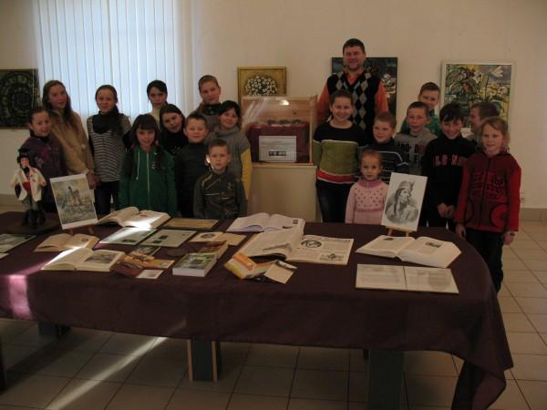 Учні шкіл Меджибожа, Требухівців і Ставниці під час огляду виставки до 270-річчя Тадеуша Костюшка
